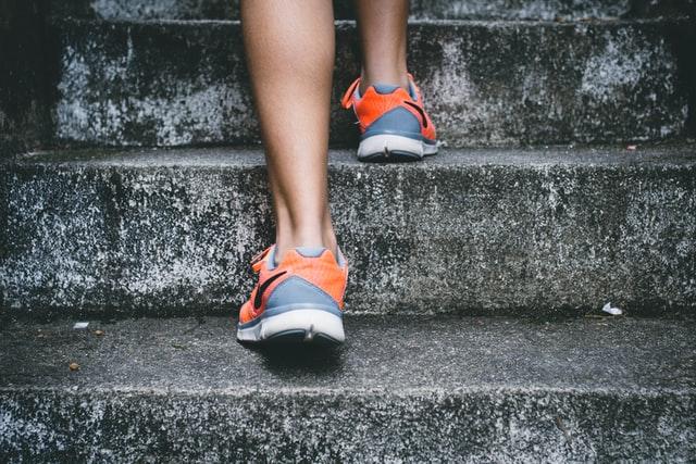 階段を上る様子