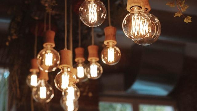 温かみのある裸電球の照明