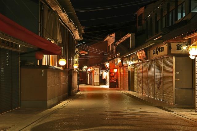 風情のある夜の商店街