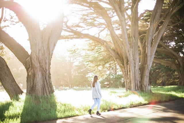日差しの中を歩く女性