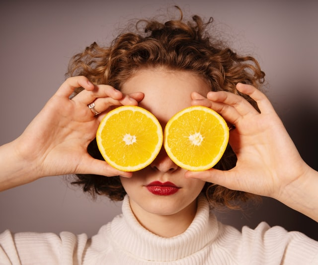 グレープフルーツと女性