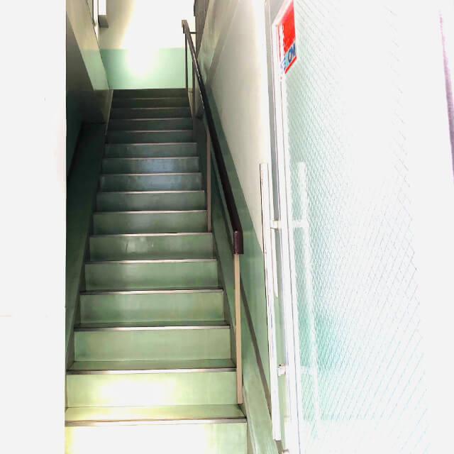 ミントグリーンのレトロな階段